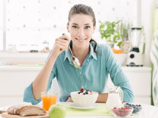 В десерты, творог, йогурт, фруктовые салаты нужно добавлять корицу