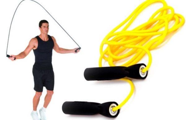 Скакалка считается одним из универсальных приспособлений, помогающих справиться с лишним весом