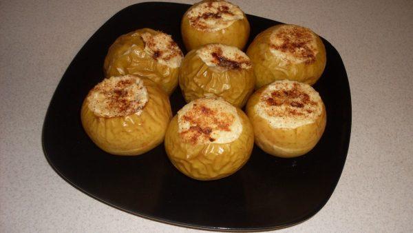 Запеченные яблоки с творогом: диетический рецепт