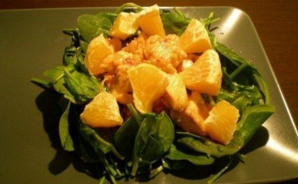 Салат со шпинатом, курицей, апельсином