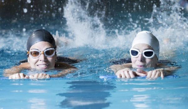 Плавание – активный вид спорта, который помогает избавиться от избыточных килограммов