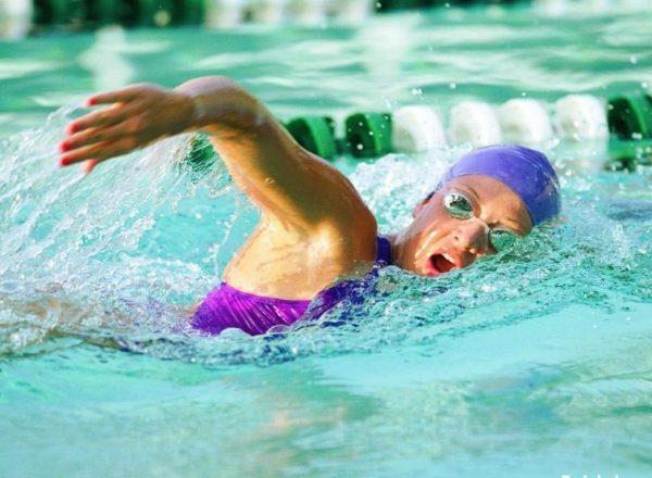 Плавание кролем максимально нагружает мышцы спины, улучшает форму, корректирует осанку