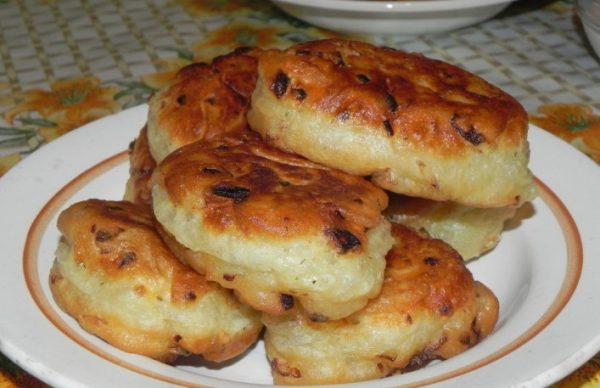 Если вы желаете приготовить менее калорийное жареное на сковороде блюдо, тогда в качестве начинки следует использовать куриный фарш или индейку