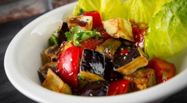Диетический салат с баклажанами