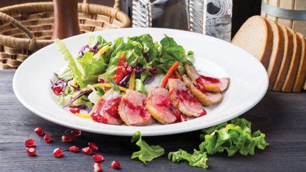 Постное мясо на пару с салатом из зелени