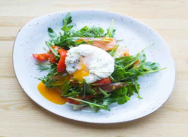 Салат с черри и яйцом пашот