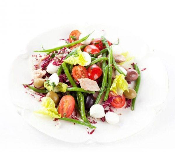 Салат с тунцом, фасолью, фетой и овощами