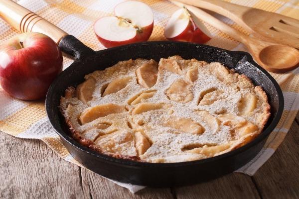 Диетический яблочный пирог на сковороде