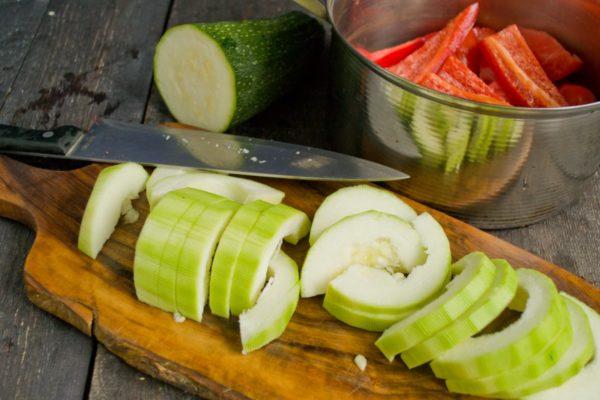 Тушеные кабачки с помидорами и перцем