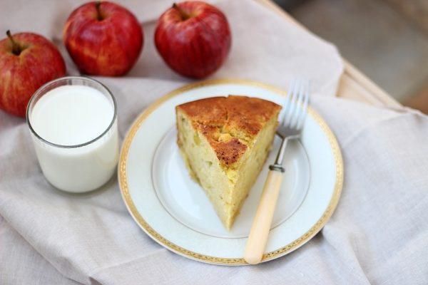 С яблоками на кефире